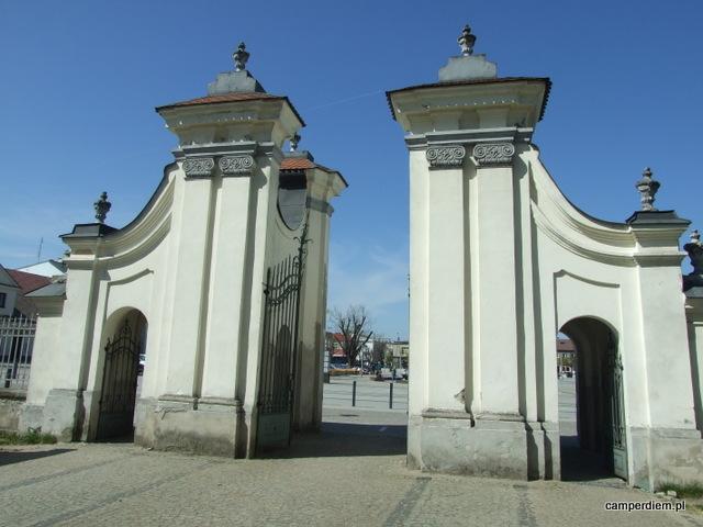 brama kościoła NMP w Węgrowie