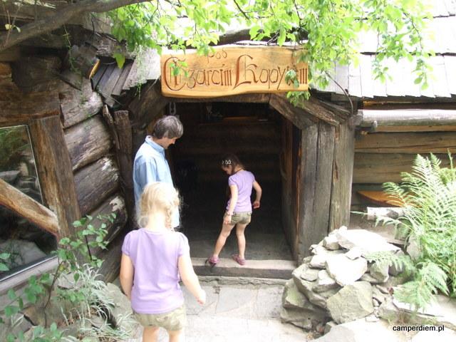wejście do Chaty pod Czarcim Kopytem