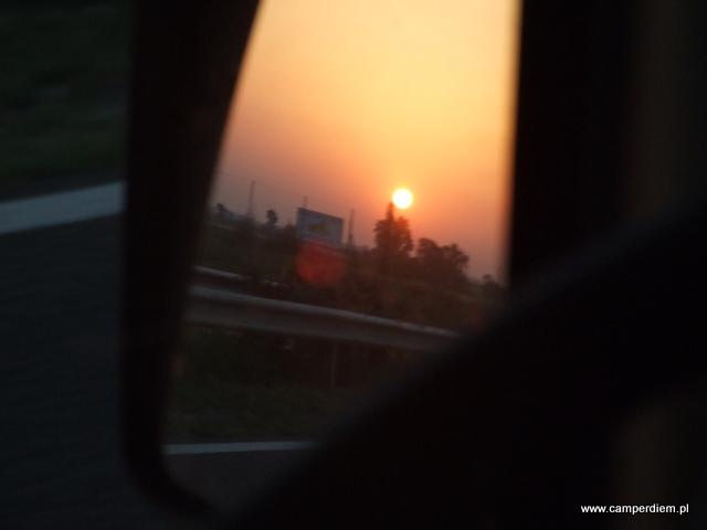 zachodzące słońce w lusterku wstecznym