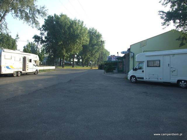 nocleg na parkingu marketu w Kiskunmajsa