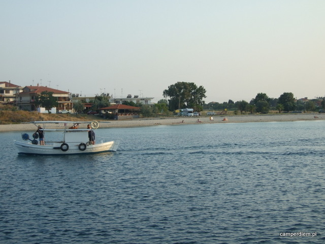 kuter z Nea Roda w końcu wypływa w morze