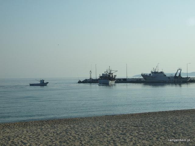 kuter wpływa do portu Nea Roda