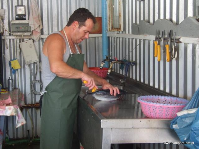 patroszenie tuńczyka w Ormos Panagias