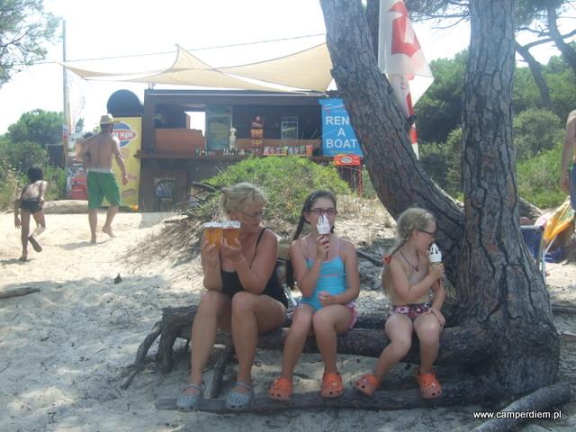 oryginalna ławeczka w beach barze w Karydi