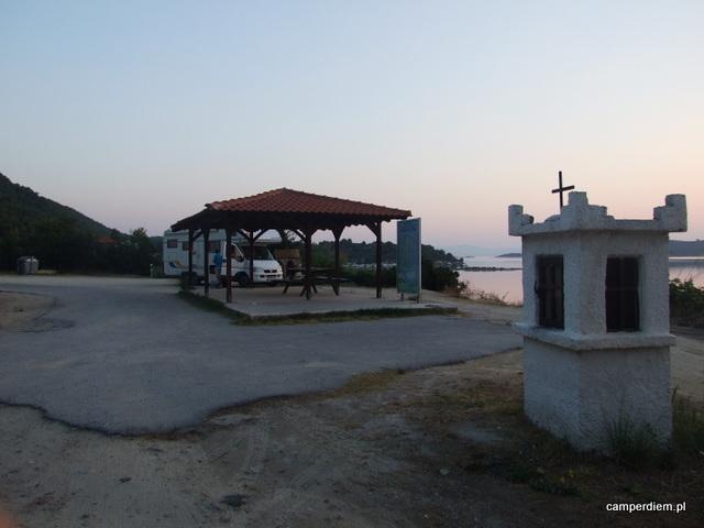 parking z wodą w okolicy Fteroti