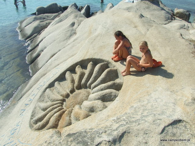 skalne rzeźby na Portokali Beach