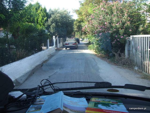 wąska uliczka w okolicy Ag. Triada