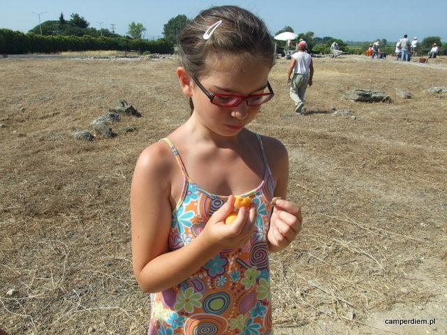 morele z wykopalisk w Pelli