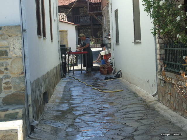 rybak oprawia ryby w Psarades