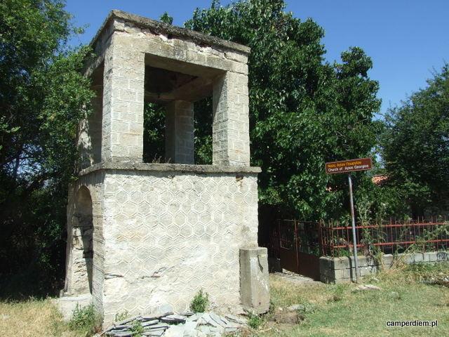 ruiny pierwszego z kościołów na Ag. Achillios