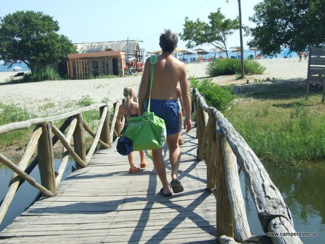 mostek do plaży w Stomio