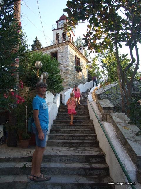 schody do górnego kościoła w Stomio