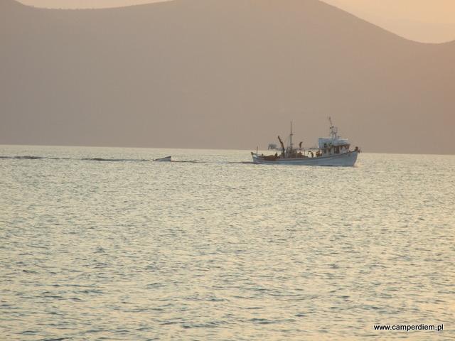 rybacy wypływają w morze