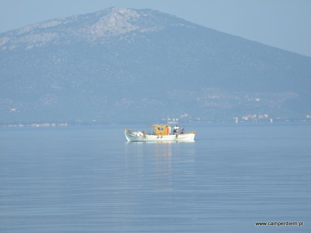 rybacy wracają do portu