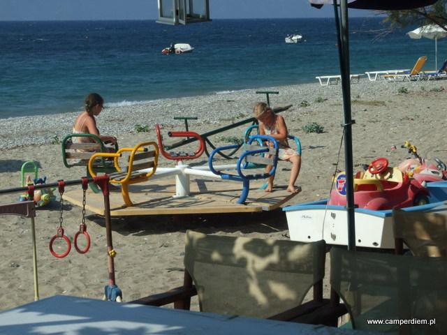 plac zabaw przy tawernie w Kanatadika