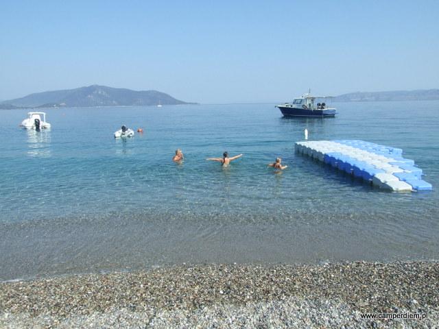 kąpiel na plaży przy tawernie w Kanatadika
