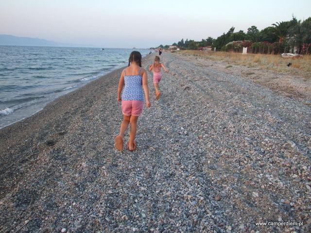 spacer po plaży do tawerny w Kanatadika