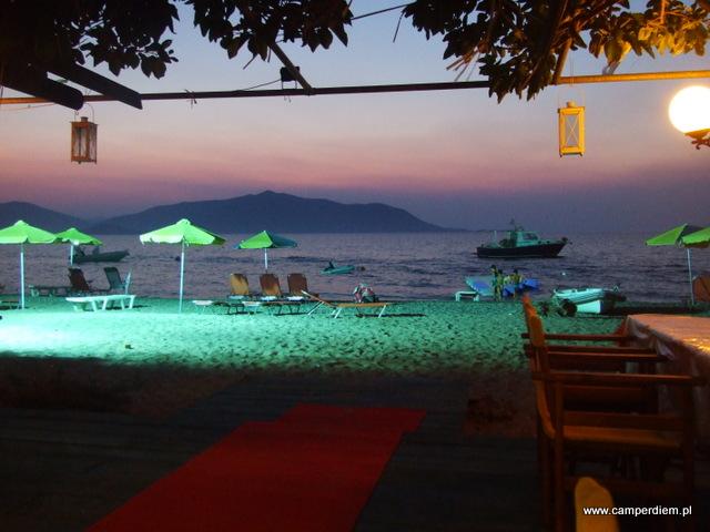 dzieci mogą kąpać się do późna dzięki oświetlonej plaży