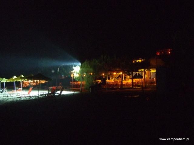 tawerna w Kanatadika w późnym wieczorem