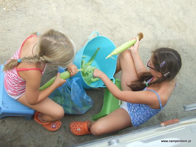 dziewczyny samodzielnie przygotowują kukurydzę na podwieczorek