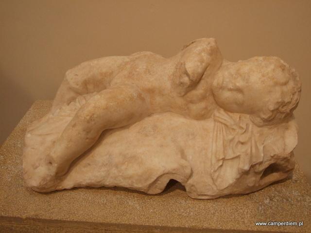 śpiący Eros w muzeum w Delfach