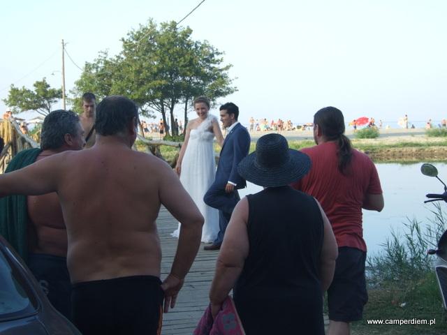 sesja zdjęciowa na moście prowadzącym do plaży w Stomio