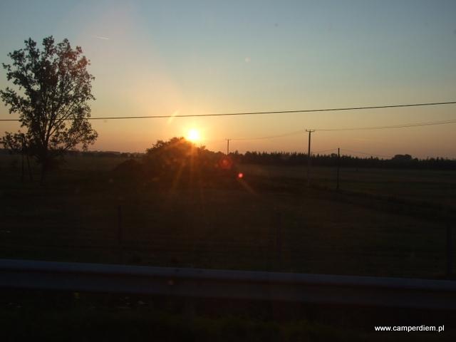 wschód słońca na węgierskiej autostradzie