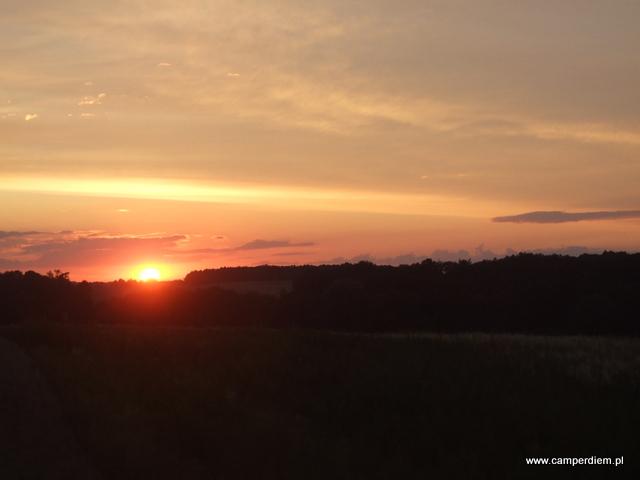 zachód słońca w drodze