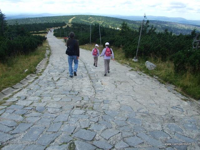 piesze zejście ze Szrenicy - deptak z płyt chodnikowych i kostki brukowej