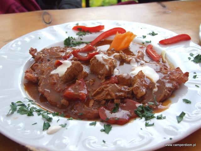 placek z gulaszem w restauracji św. Łukasza w Szklarskiej Porębie
