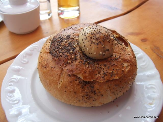 gulasz w chlebie w restauracji św. Łukasza w Szklarskiej Porębie