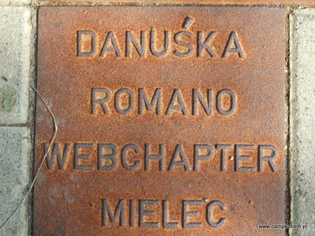 tabliczka Romano w alei miłośników Harleya w Karpaczu