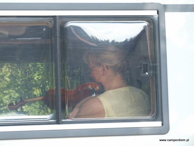 w kamperze lekcja skrzypiec