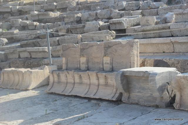 ławy w Teatrze Dionizosa